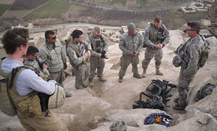 Chaplain leads U.S. soldiers in prayer
