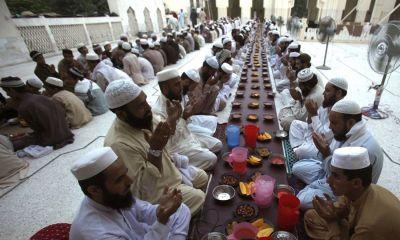Pakistanis breaking Ramadan fast