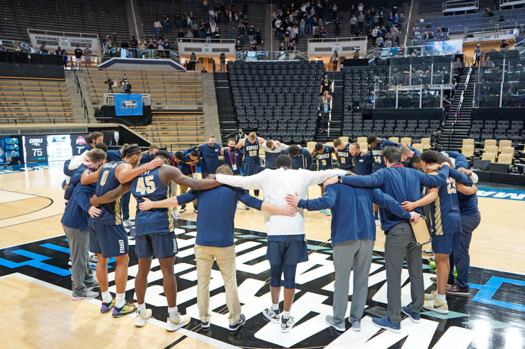 ORU Basketball Team Prays