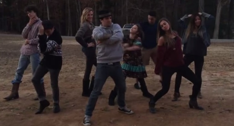 Robertson Family Busts a Move For The Holidays