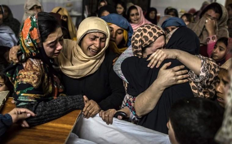 Pakistan women mourning