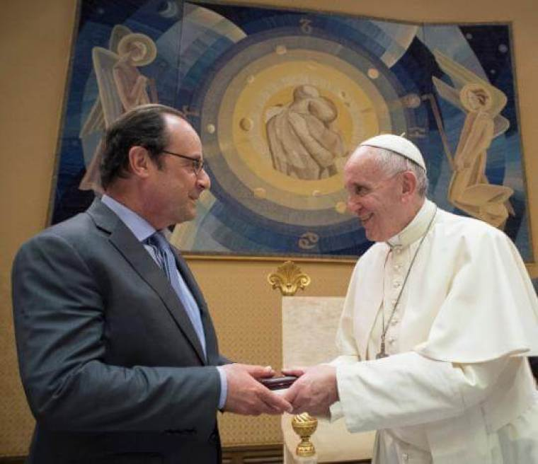 Pope Francis (R) with French President Francois Hollande