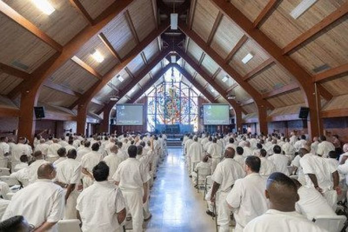 Robert Morris preaches at Texas' largest prison: 'God is not mad at you'