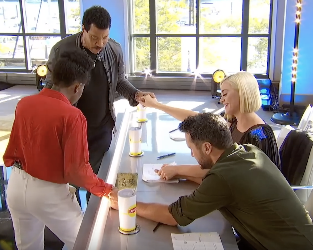 NYC subway singer leads 'American Idol' judges Lionel Richie, Katy Perry and Luke Bryan in prayer