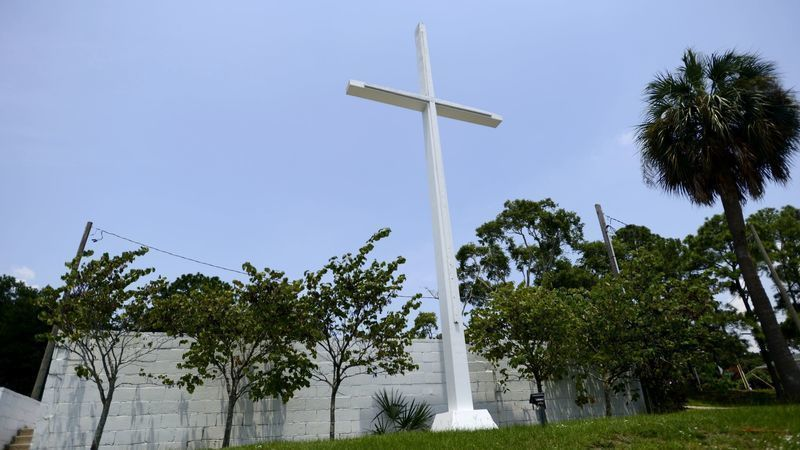 Cross can stay at Florida public park, circuit court panel rules